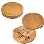 Kaasplank van bamboe met drie verschillende kaasme